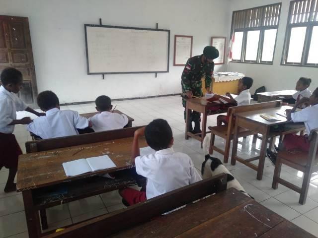 Jadi Guru di Sekolah Perbatasan, Satgas Yonif 413 Bremoro Komitmen Cerdaskan Tunas Papua