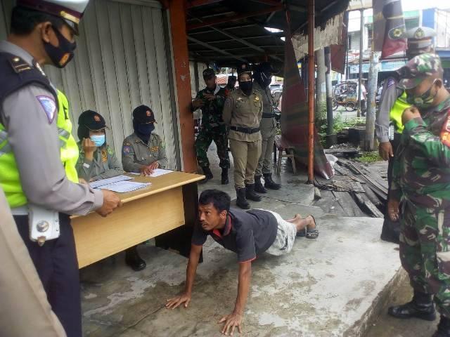 Satpol PP Kota Medan Bersama TNI-Polri Razia Masker di Jalan Kapten Muslim, Tak Kenakan Masker Harus PushUp