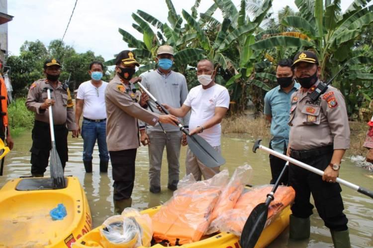 Kapolres Sergai Turunkan Perahu Karet dan Bagikan Sembako untuk Korban Banjir di Sei Rampah