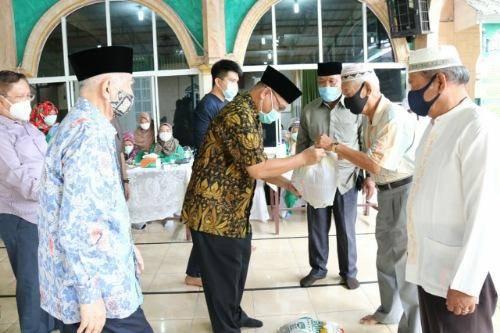 Plt Walikota Medan Serahkan Bantuan Sembako kepada 110 Warga Program Baznas Sumut