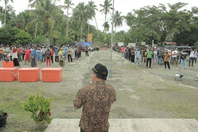 Walikota Gunungsitoli Serahkan Bantuan Mesin Perahu dan Coolbox ke Nelayan dan Pemasar Ikan