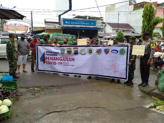 Polsek Medan Helvetia Patroli dan Bagi-bagi Masker di Jalan Kapten Muslim