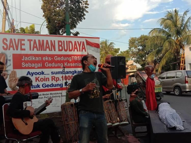 Forum Seniman Peduli Gedung Kesenian Gelar Aksi di Depan Gerbang Eks TBSU