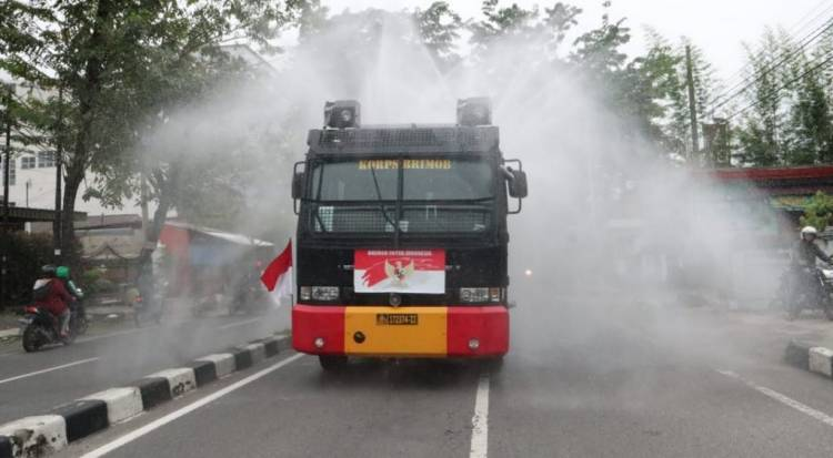 Brimob Polda Sumut Patroli Skala Besar, Semprotkan Disinfektan Keliling Kota Medan