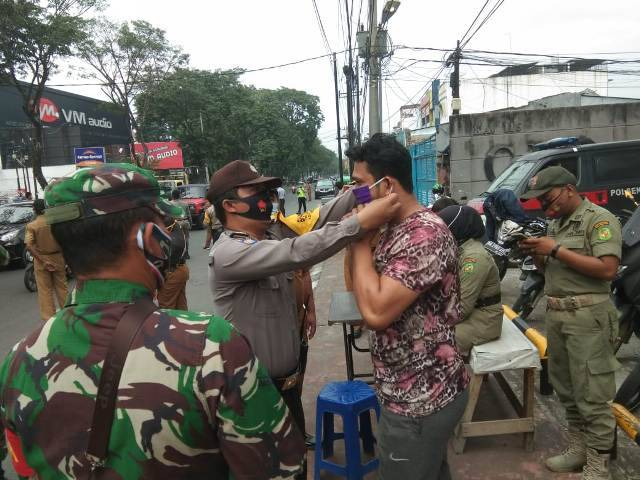 Polsek Medan Baru Operasi Yustisi di Jalan Gatot Subroto, Warga Terima Masker Gratis