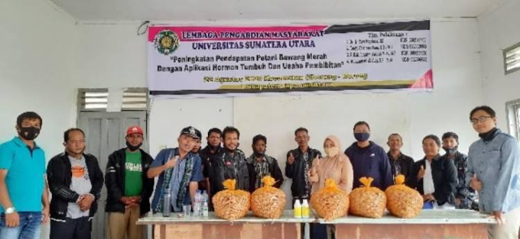 Tim Dosen USU Beri Bantuan Teknologi Hormon dan Bibit untuk Petani Bawang Merah di Siborongborong