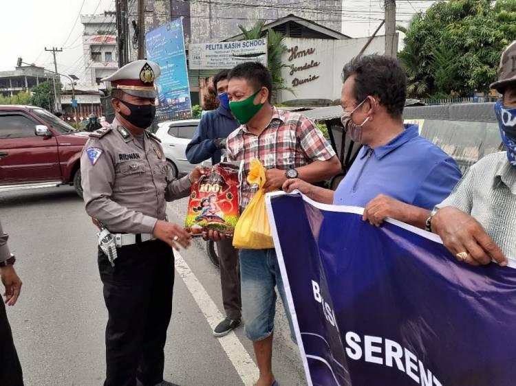 Peringati HUT Polantas, Satuan Lalu Lintas Polresta Deli Serdang Berbagi Paket Sembako