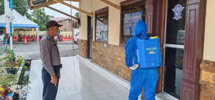 Mapolresta Deli Serdang Disemprot Disinfektan Guna Mencegah Penyebaran Covid-19