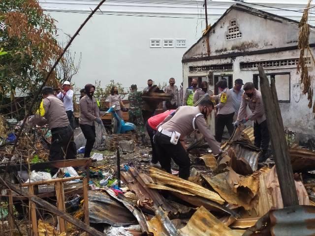 Polsek Medan Helvetia Gotong Royong Bersihkan Puing Kebakaran di Jalan Perkutut