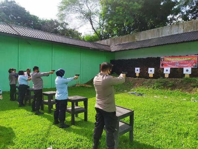 Jajaran Polsek Helvetia dan Rutan Perempuan Kelas II A Latihan Menembak