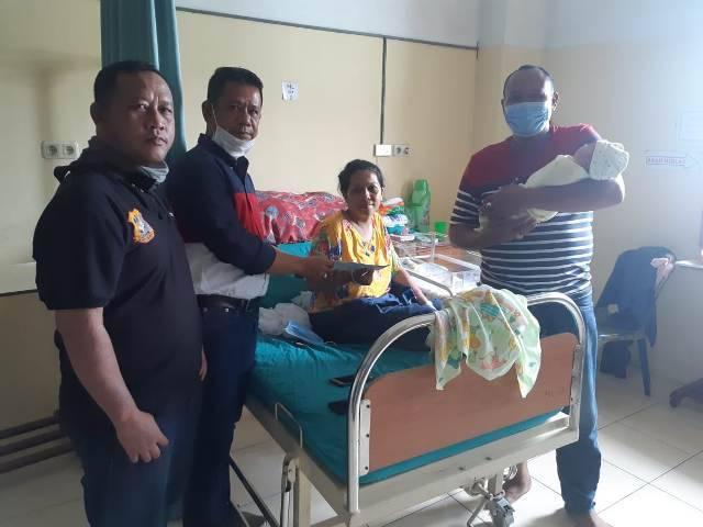 Ketua Pewarta Polrestabes Medan Jenguk Kelahiran Putra Jurnalis Ilham Irwandi di RS Imelda