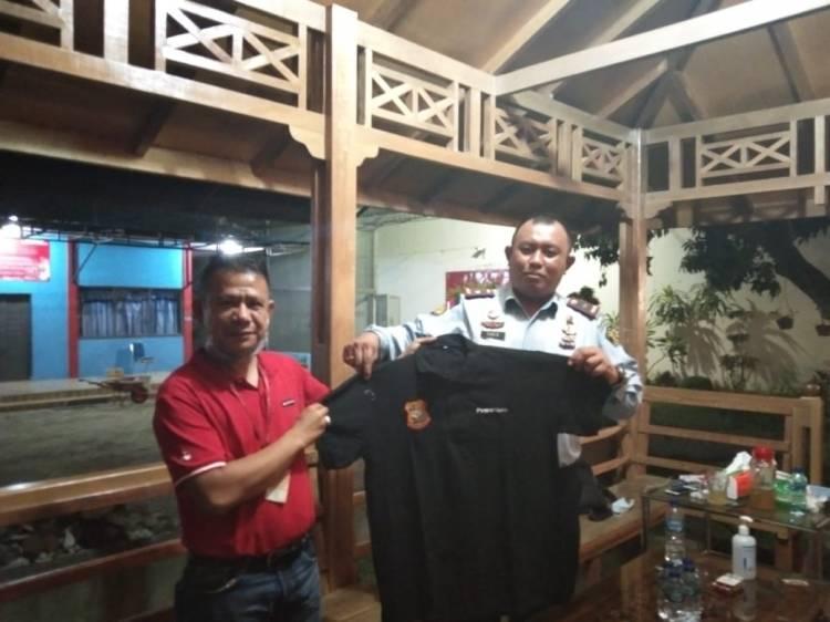 Ketua Pewarta Berikan Kaos kepada Kepala Rutan Tanjung Gusta Medan