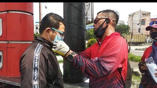 Kapolsek Medan Timur Gowes Sepeda Bersama Personil, Bagikan Masker untuk Masyarakat