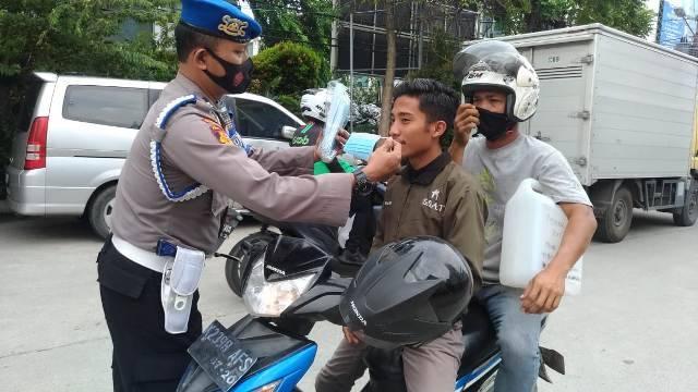 Polsek Medan Timur Berbagi 300 Masker untuk Warga di Jalan Veteran