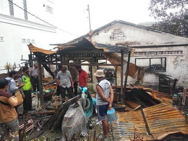 Polsek Helvetia Gulirkan Bantuan Sembako untuk Keluarga Korban Kebakaran di Jalan Perkutut