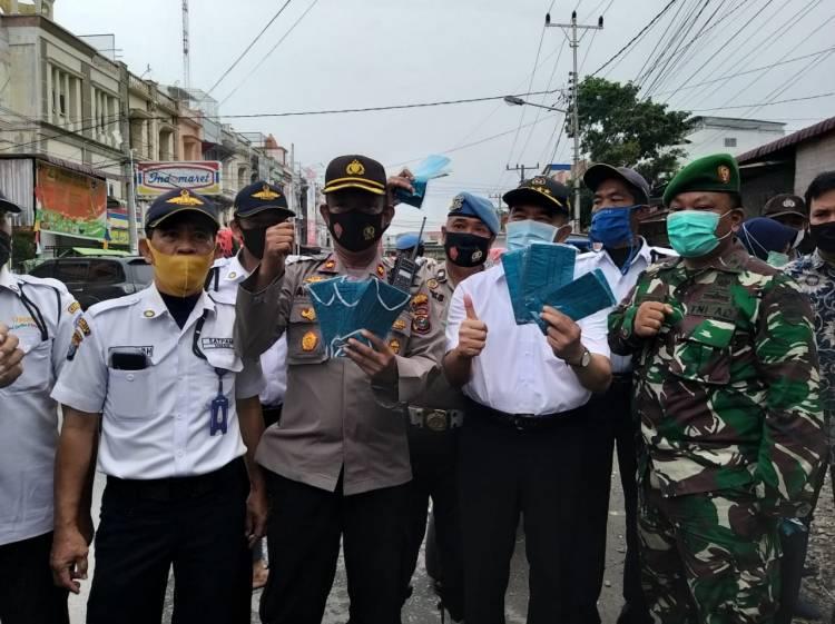 Kampanye Peduli Covid -19, Menteri Kordinator Bidang Pembangunan Ikut Pembagian Masker kepada Warga  yang Digelar Polsek Medan Timur