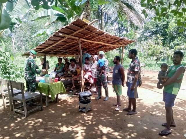 Prajurit Satgas Pamtas Yonif 125/Simbisa Ajari Ibu-Ibu Kampung Baidub Buat Kue Apem