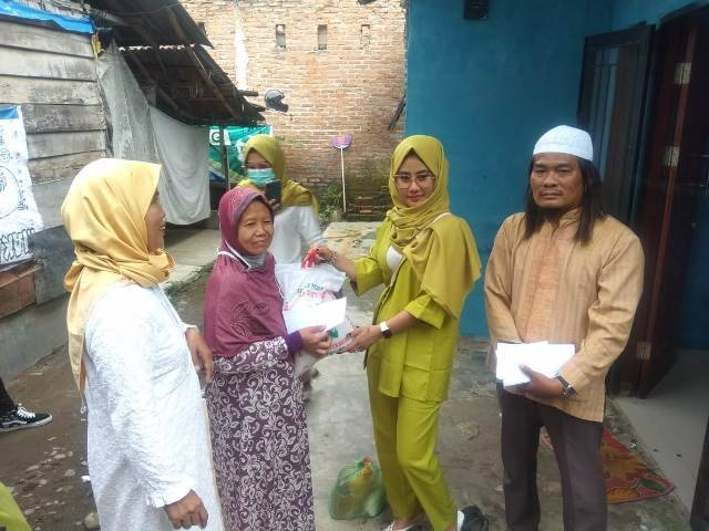 Selebgram Dea Rizky Adriani Gulirkan Bantuan Sembako untuk Warga Kurang Mampu Terdampak Corona