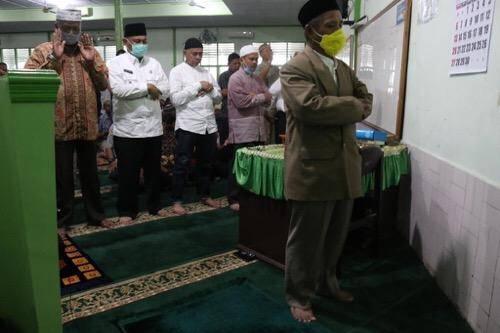 Salat Jumat Bersama Pedagang Pusat Pasar, Plt Wali Kota Medan Ingatkan Masyarakat Wajib Pakai Masker