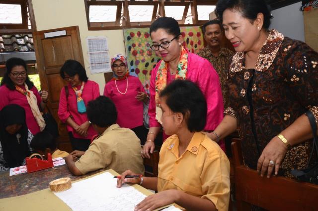 DWP Setkab Serahkan Sumbangan Untuk Yayasan Sayap Ibu Cabang Yogyakarta