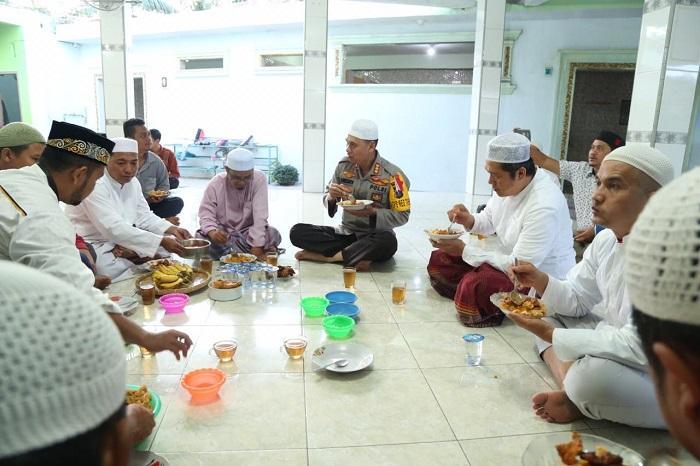 Kapolrestabes Medan Subuh Berjamaah di Mesjid Raudhatul Fatimah Medan