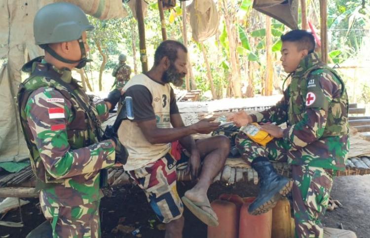 Patroli Simpatik, Satgas Yonif 411 Kostrad Berikan Layanan Kesehatan di Bivak Warga