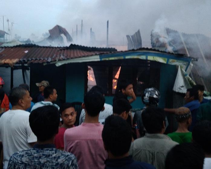 Kebakaran di Jalan Sentosa Lama Medan Sore Ini Hanguskan Belasan Rumah