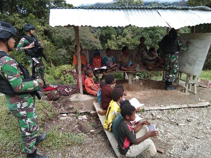 Anak Kampung Tirineri Belajar Berhitung Bersama Satgas Pamtas RI-PNG Yonif R514