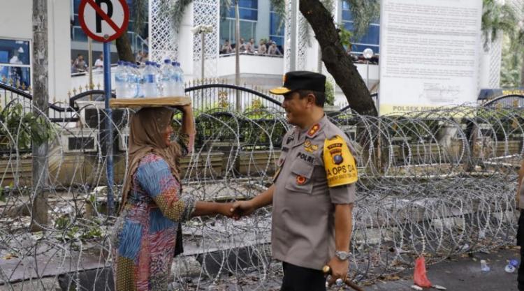 Demo Buruh di Depan Kantor DPRD Sumut, Kapolda Borong Semua Dagangan Pedagang dan Bagikan ke Masyarakat