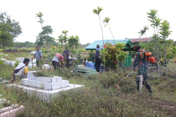 Satgas Pamtas RI-PNG Yonif 411 Kostrad Bersama Warga Bersihkan Makam di TPU Kampung Sota
