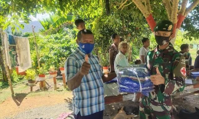 Satgas Yonif MR 413 Dukung Program Dinas Kesehatan Bagikan Kelambu Insektisida