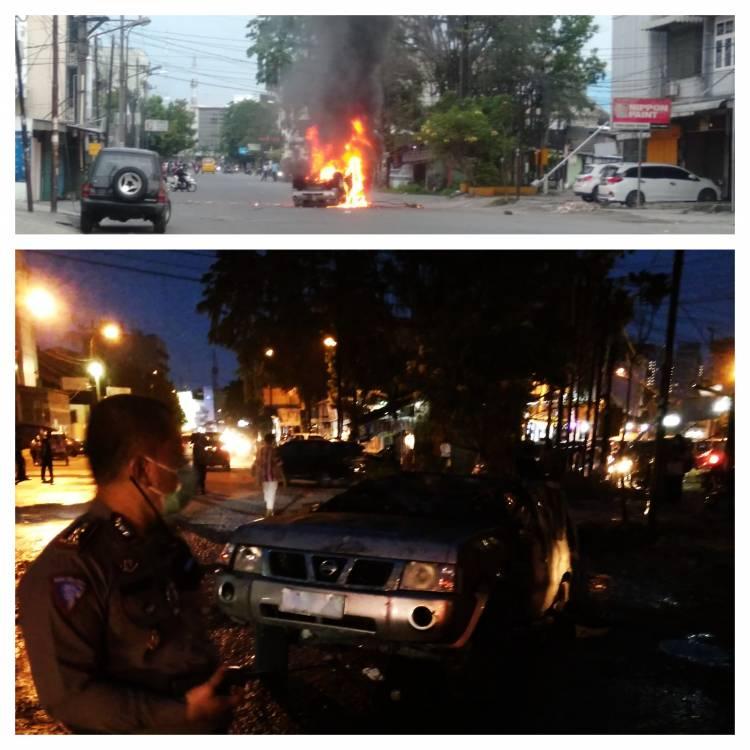 Demo Tolak Omnibus Law Berujung Anarkis, Pendemo Bakar Mobil Dinas Polda Sumut di Jalan Sekip Medan