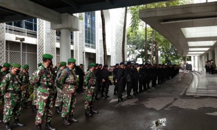 Antisipasi Demo Tolak Omnibus Law, TNI dan Brimob Poldasu Siagakan di Depan Gedung DPRD Sumut