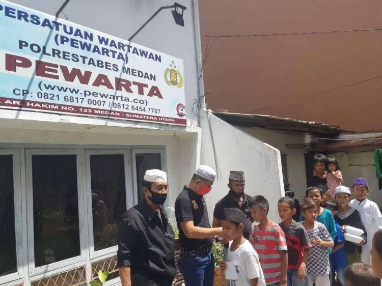 Ketua Pewarta Santuni Anak Yatim dan Kurang Mampu di Jumat Barokah