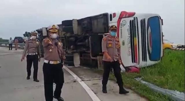 Bus Putra Pelangi Terbalik di Jalan Tol Pakam, 1 Tewas dan 8 Luka-Luka