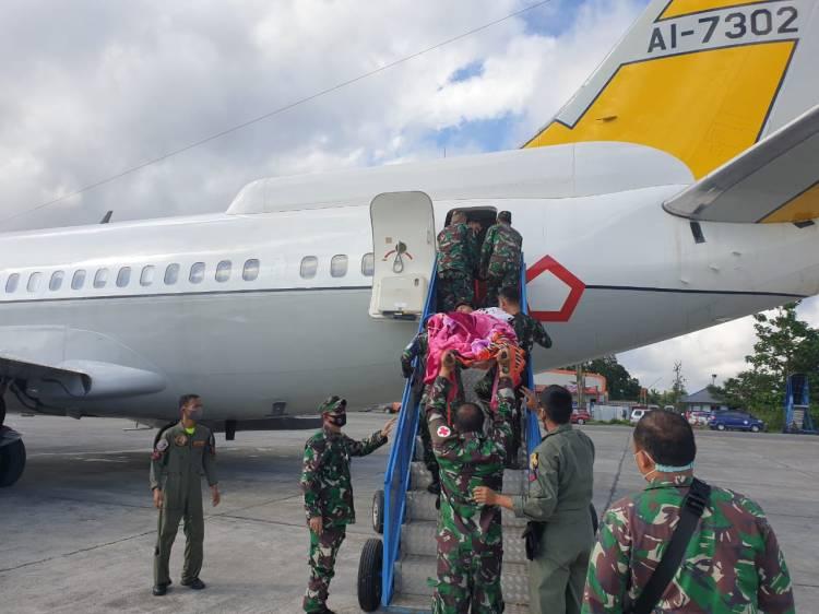 TNI Evakuasi Anggota TGPF dan Sertu Faisal Akbar Korban Penembakan KKSB ke Jakarta