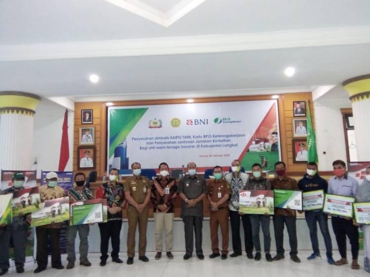 Komit Tingkatkan Kesejahteraan Petani, Pemkab Langkat  Bagikan Kartu Tani