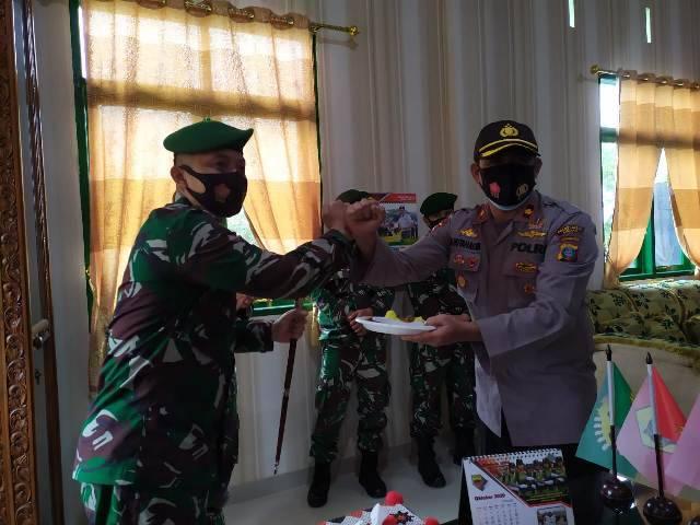 HUT TNI ke-75, Kasat Sabhara dan Kapolsek Medan Helvetia Buat Kejutan untuk Danyon Zipur 1/DD Medan
