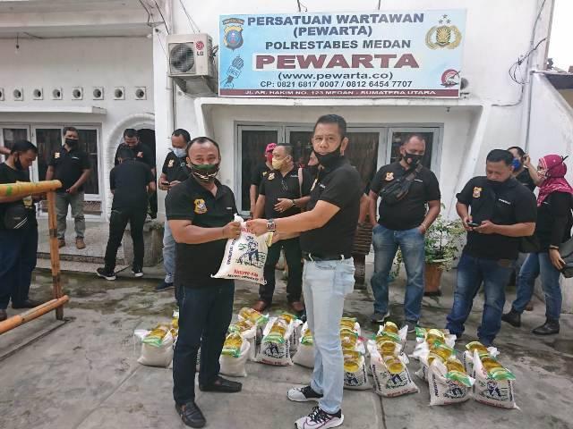 Jurnalis Terdampak Covid-19 Terima Bantuan Sembako dari Ketua Pewarta Chairum Lubis