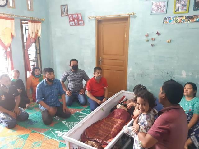 Ketua Pewarta Berikan Santunan dan Mobil Ambulans kepada Keluarga Almarhum Duman Marbun