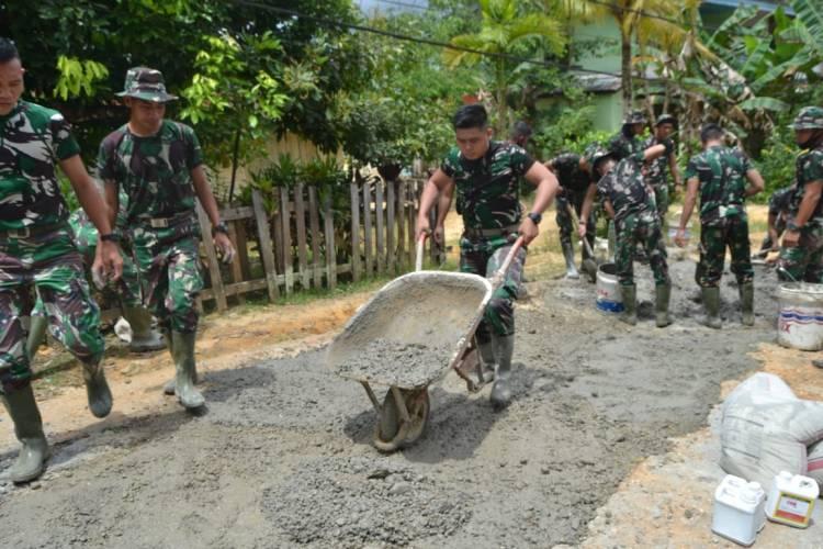 Personel Satgas TMMD 109 Lakukan Pengecoran Jalan Desa