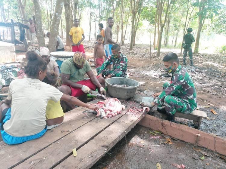 Prajurit Satgas Pamtas Yonif 125/Simbisa Bantu Warga Perbatasan Buat Ikan Asin