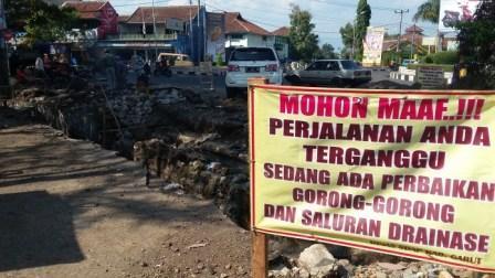 Warga Keluhkan Pengerjaan Proyek Drainase di Jalan Bajak II