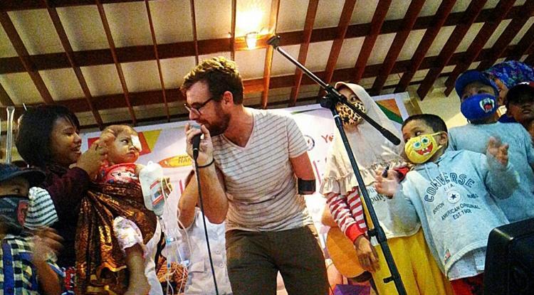 Musisi Amerika Tony Memmel Hibur Anak Penderita Kanker di RSUP Haji Adam Malik