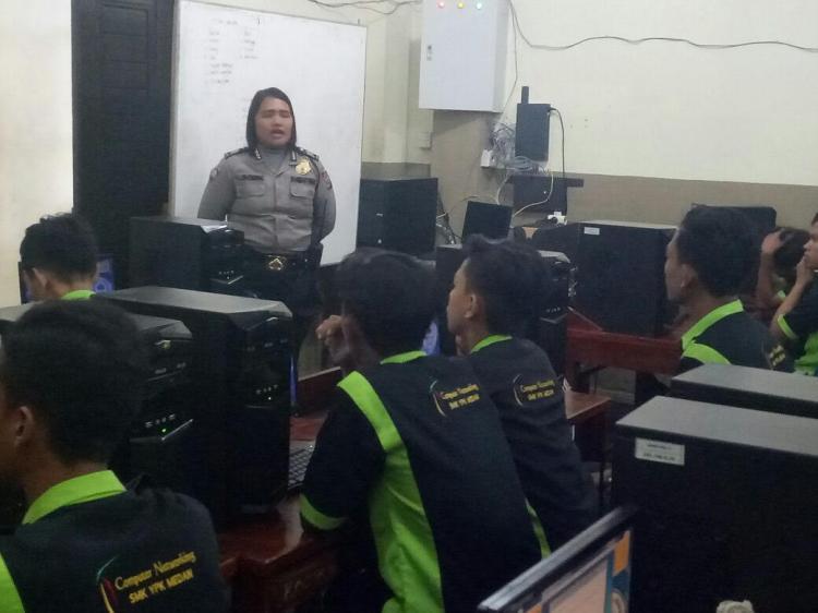 Datangi SMK YPK Medan, Bhabinkamtibmas Polsek Medan Kota Sosialisasi Aplikasi Polisi Kita