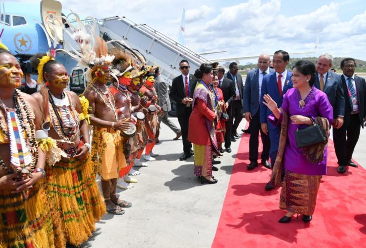Didampingi Ibu Negara Iriana, Presiden Jokowi Tiba di Papua Nugini untuk Hadiri KTT APEC