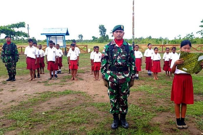 Prajurit TNI Perbatasan RI-PNG Upacara Bendera di SD Inpres Bupul 13 Merauke