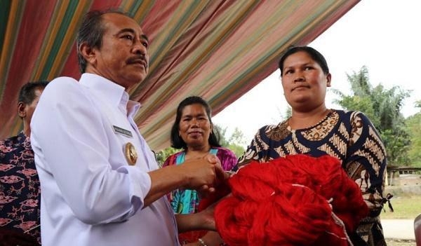 Wabup Tobasa Serahkan Bantuan kepada Para Pengrajin Ulos di Kecamatan Silaen