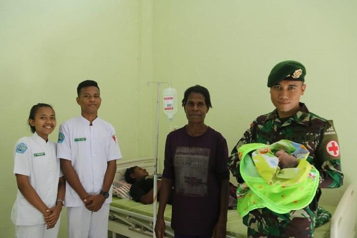 Ibu Melahirkan Dibantu Personil TNI Yonif 411 Kostrad, Warga Kampung Erambu Papua Ucapkan Terima Kasih