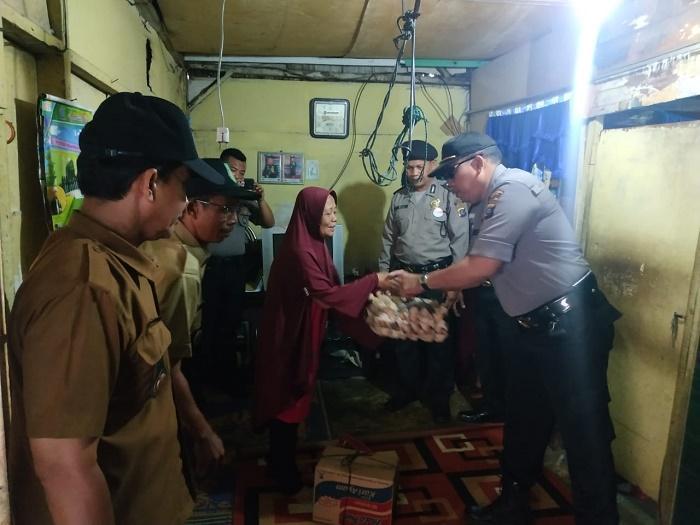 Kapolsek Medan Timur Berikan Bantuan untuk Keluarga Ponimin di Jalan Gurilla